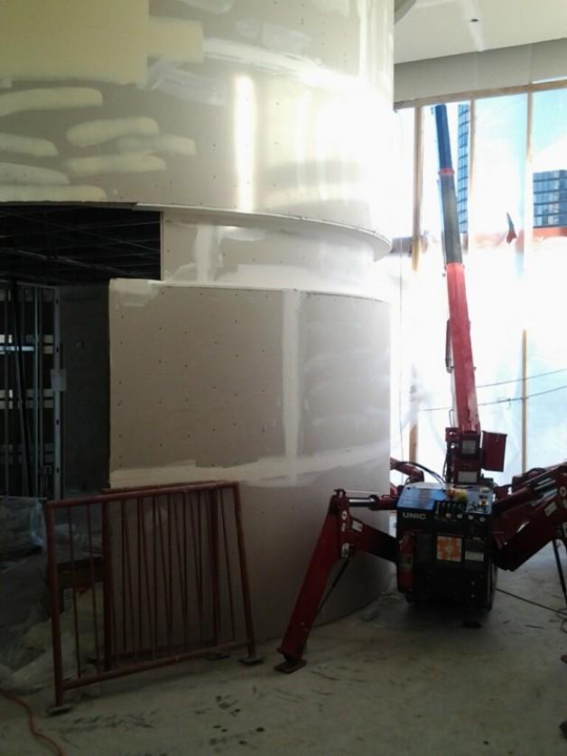 Versatile minicrane set around circular drywall