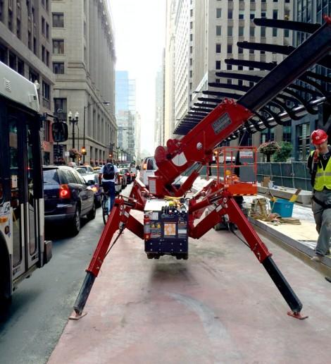 Spydercrane in city traffic